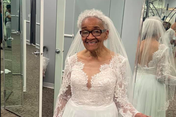 Indossa l'abito da sposa a 70 anni dalle nozze: nel 1952 non fu ammessa in atelier perché nera